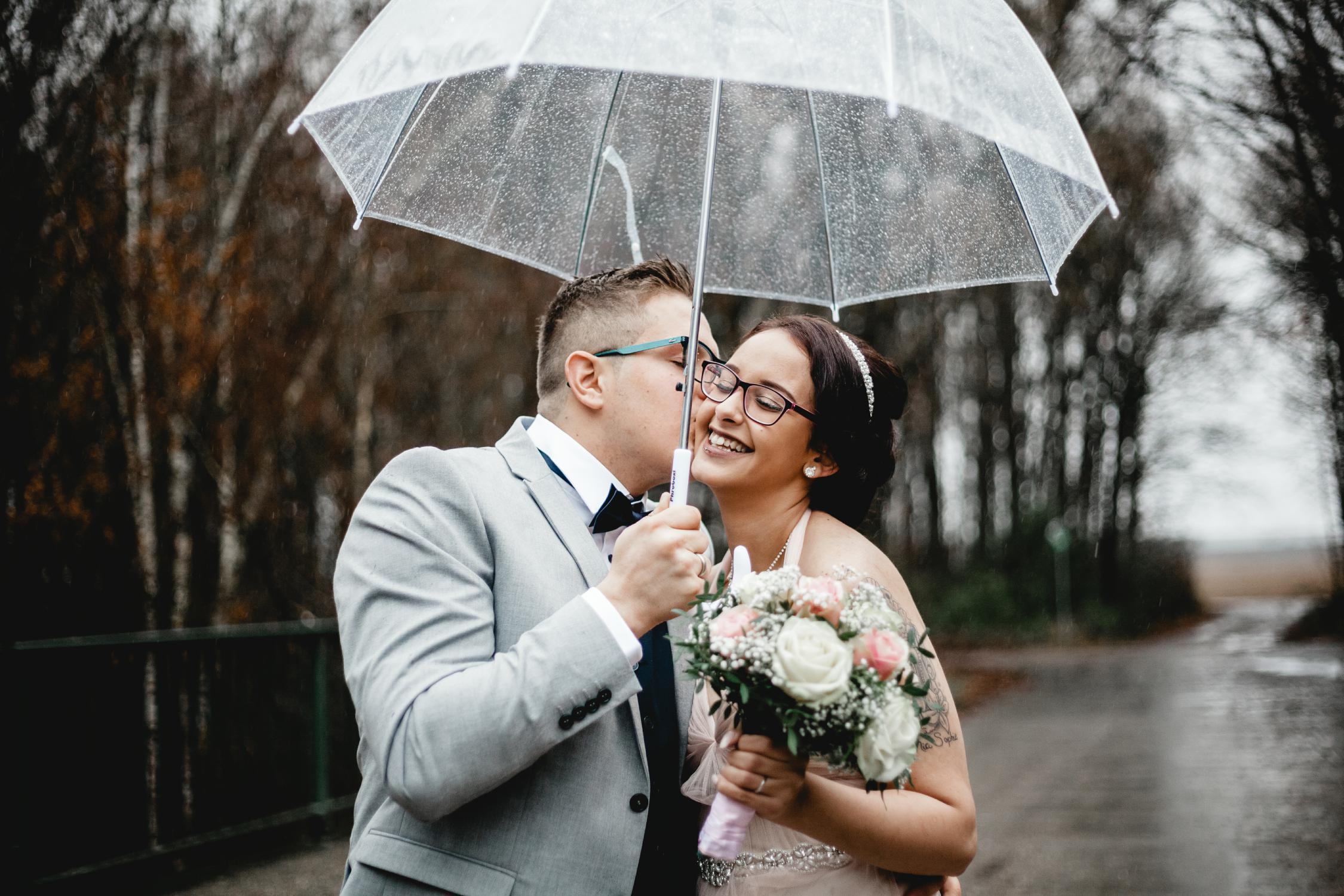 hochzeit-kuss-regenschirm
