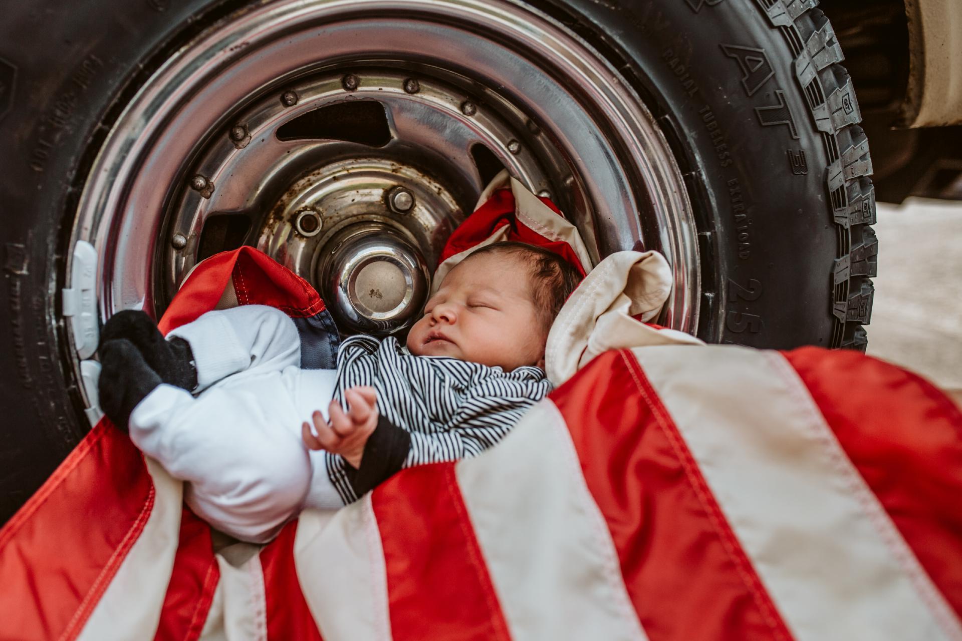 Baby und der alte Chevy Van // Das etwas andere Newborn-Shooting
